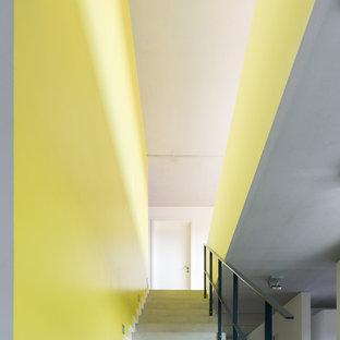 Gerade Moderne Betontreppe mit Beton-Setzstufen und Stahlgeländer in Berlin