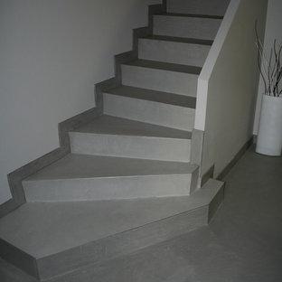 他の地域のコンクリートのコンテンポラリースタイルのおしゃれな階段 (コンクリートの蹴込み板) の写真