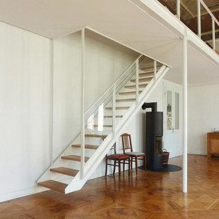 Diseño de escalera recta, nórdica, pequeña, sin contrahuella, con escalones de madera