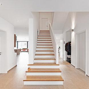 Exemple d'un escalier droit scandinave de taille moyenne avec des marches en bois.