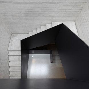 デュッセルドルフの中くらいのコンクリートのコンテンポラリースタイルのおしゃれな折り返し階段 (コンクリートの蹴込み板) の写真