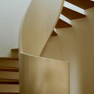 デュッセルドルフの中サイズのフローリングのおしゃれならせん階段 (木材の手すり) の写真