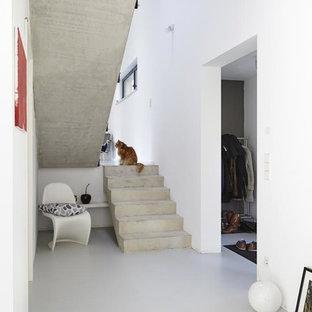 Modelo de escalera en U, minimalista, de tamaño medio, con escalones de hormigón y contrahuellas de hormigón