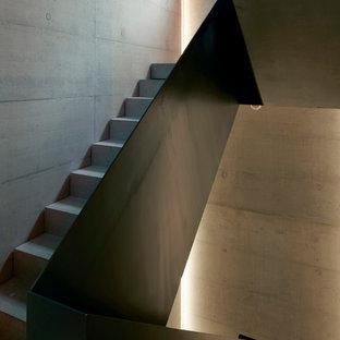 デュッセルドルフの広いコンクリートのコンテンポラリースタイルのおしゃれな折り返し階段 (コンクリートの蹴込み板) の写真