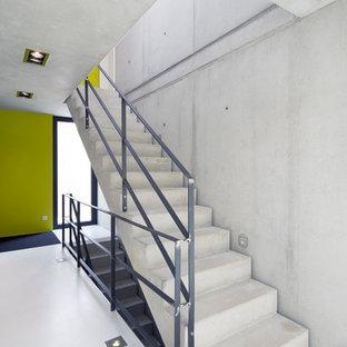 Modelo de escalera recta, moderna, de tamaño medio, con escalones de hormigón y contrahuellas de hormigón