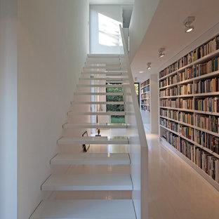 Gerade, Große Moderne Treppe mit offenen Setzstufen in Düsseldorf