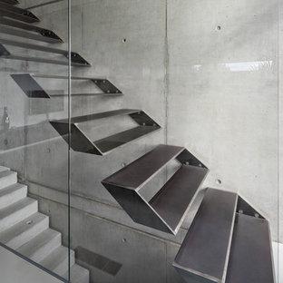 Modelo de escalera recta, contemporánea, de tamaño medio, sin contrahuella, con escalones de metal
