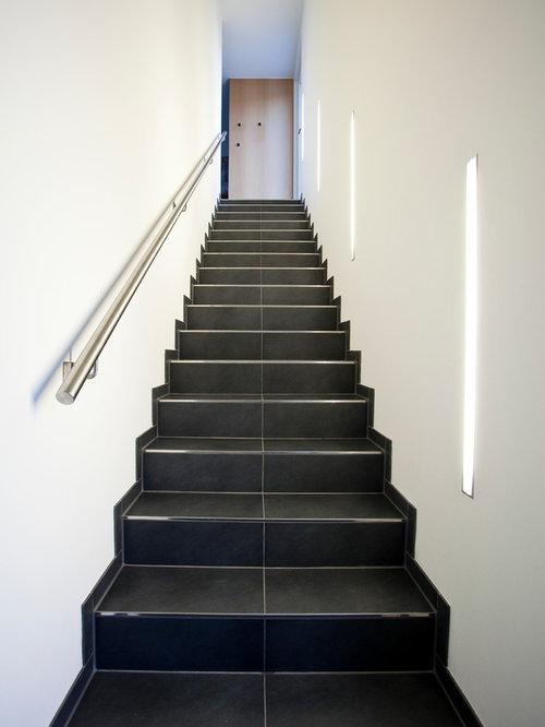 Gerade treppen mit gefliesten treppenstufen ideen f r for Moderne wandbeleuchtung