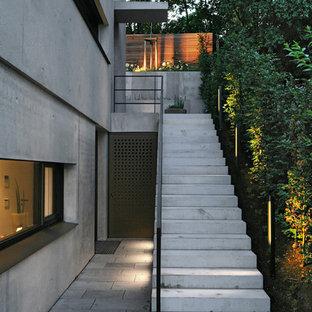 Exempel på en mellanstor modern rak betongtrappa, med sättsteg i betong