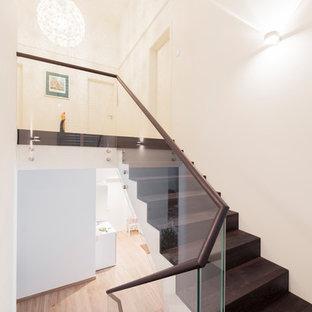Mittelgroße, Gerade Moderne Holztreppe mit Holz-Setzstufen und Glasgeländer in München