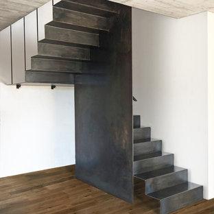 Diseño de escalera en U, industrial, con escalones de metal, contrahuellas de metal y barandilla de metal