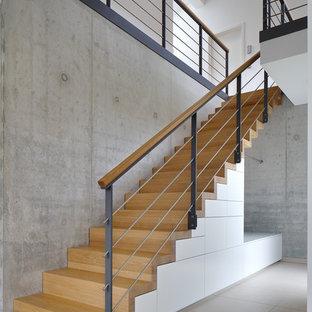 Idee per una scala a rampa dritta minimal di medie dimensioni con pedata in legno verniciato, alzata in legno verniciato e parapetto in materiali misti