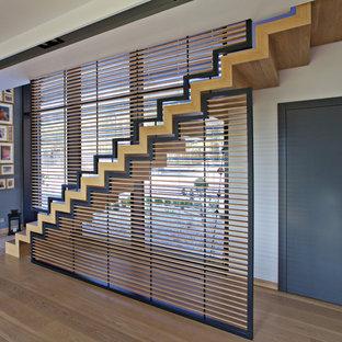 Gerade, Große Retro Holztreppe mit Holz-Setzstufen in Sonstige
