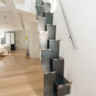 Foto de escalera recta, urbana, pequeña, con escalones de metal y contrahuellas de metal