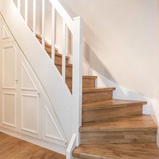 Imagen de escalera curva, escandinava, de tamaño medio, con escalones de madera y contrahuellas de madera