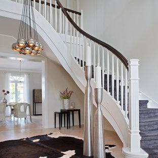 Imagen de escalera curva, tradicional renovada, grande, con escalones de madera pintada y contrahuellas de madera pintada