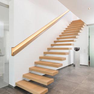 Schwebende, Mittelgroße Moderne Holztreppe mit Holzgeländer in Bremen