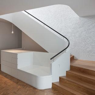 Geräumige Moderne Holztreppe in L-Form mit Holz-Setzstufen in Berlin
