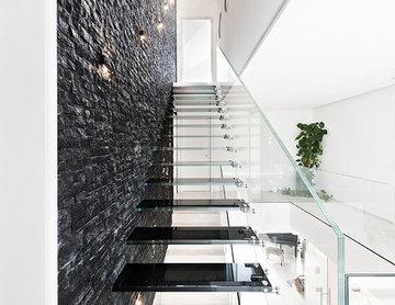 Glastreppe mit schwarzen Glasstufen