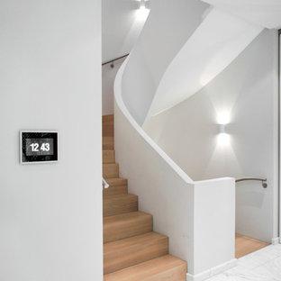 Gewendelte, Mittelgroße Moderne Holztreppe mit Holz-Setzstufen in Berlin