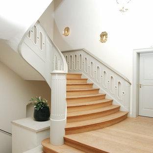 Gewendelte, Mittelgroße Klassische Holztreppe mit Holz-Setzstufen in Bremen