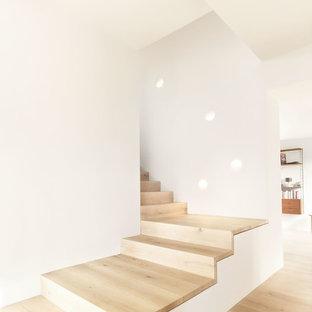 """Esempio di una scala a """"L"""" scandinava di medie dimensioni con pedata in legno verniciato e alzata in legno verniciato"""