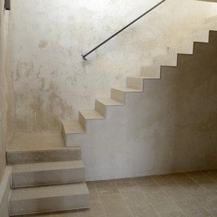 Modelo de escalera en U, mediterránea, pequeña, con escalones de piedra caliza, contrahuellas de piedra caliza y barandilla de metal