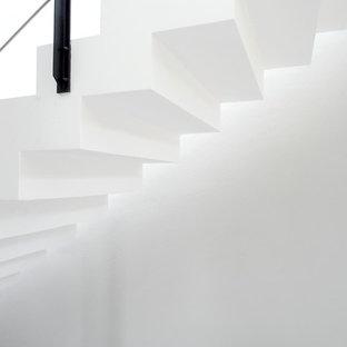 Idee per una scala sospesa minimalista di medie dimensioni con pedata piastrellata, alzata piastrellata e parapetto in metallo