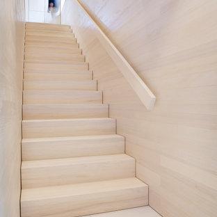 Modelo de escalera recta y madera, actual, con escalones de madera, contrahuellas de madera y madera