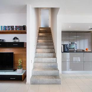 Idee per una scala a rampa dritta minimal di medie dimensioni con pedata in cemento e alzata in cemento