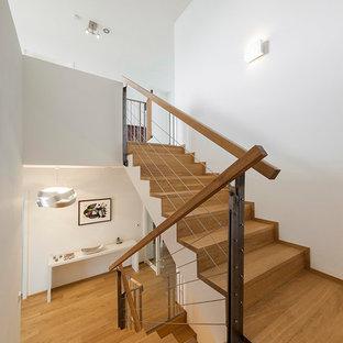 Mittelgroße Moderne Holztreppe in U-Form mit Holz-Setzstufen und Holzgeländer in Köln