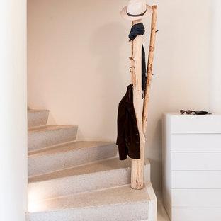 На фото: маленькие изогнутые лестницы в стиле фьюжн с бетонными ступенями и бетонными подступенками