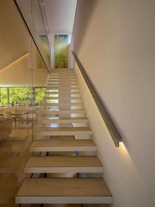 Treppenhaus mit offenen setzstufen und gerader treppe ...