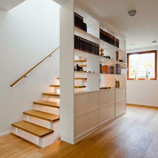 Gerade, Mittelgroße Moderne Holztreppe mit offenen Setzstufen und Holzgeländer in Köln