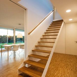 Gerade, Mittelgroße Moderne Holztreppe mit offenen Setzstufen und Holzgeländer in Sonstige