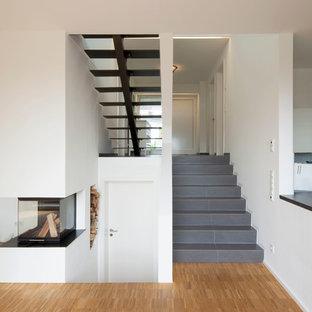 Mittelgroße Moderne Treppe In L Form Mit Gefliesten Treppenstufen Und  Gefliesten Setzstufen In Köln