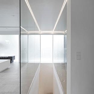 Diseño de escalera en L, contemporánea, de tamaño medio, con escalones con baldosas y contrahuellas con baldosas y/o azulejos