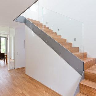 Mittelgroße Moderne Holztreppe in L-Form mit Holz-Setzstufen in Köln