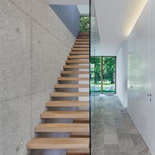 Immagine di una scala sospesa moderna di medie dimensioni con pedata in legno e nessuna alzata