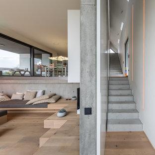 シュトゥットガルトの巨大なコンクリートのコンテンポラリースタイルのおしゃれな直階段 (コンクリートの蹴込み板) の写真