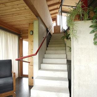 Imagen de escalera recta, actual, de tamaño medio, con escalones de hormigón y contrahuellas de hormigón