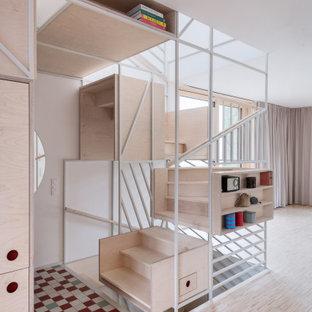 Foto de escalera en U, nórdica, con escalones de madera, contrahuellas de madera y barandilla de metal