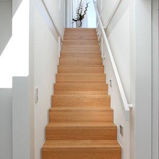 Gerade, Mittelgroße Moderne Holztreppe mit Holz-Setzstufen und Holzgeländer in Sonstige