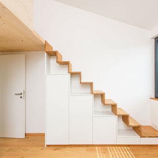 Imagen de escalera recta, pequeña, con escalones de madera y contrahuellas de madera