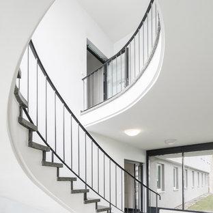Große Moderne Treppe mit Marmor-Setzstufen und Stahlgeländer in Hannover