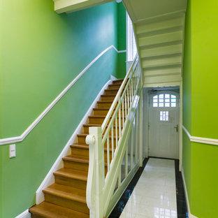 На фото: прямая лестница среднего размера в классическом стиле с деревянными ступенями и деревянными подступенками с
