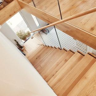 Modelo de escalera en L, moderna, de tamaño medio, con escalones de madera y barandilla de vidrio