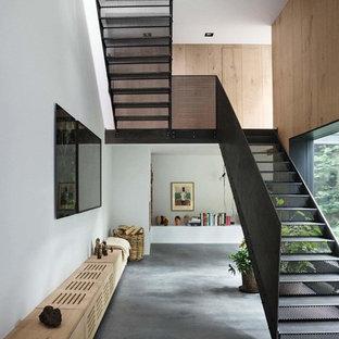 Diseño de escalera recta, moderna, de tamaño medio, con escalones de metal y contrahuellas de metal