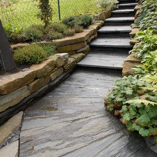 ケルンの小さいスレートのトラディショナルスタイルのおしゃれな直階段 (スレートの蹴込み板) の写真