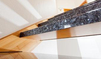 Leichte & dünne Natursteinstufen über Holzstufen einer offenen Holzwangentrepp